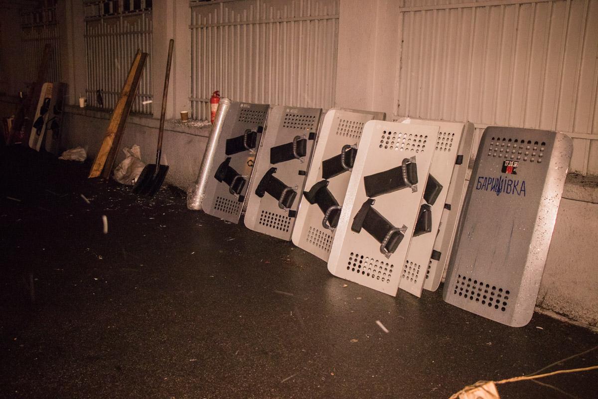 Союзники Саакашвили говорят, что отбили эти щиты у полиции