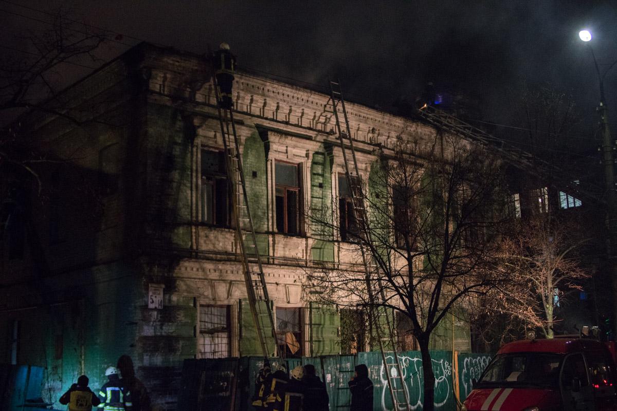 На улице Волошская горело двухэтажное деревянное здание