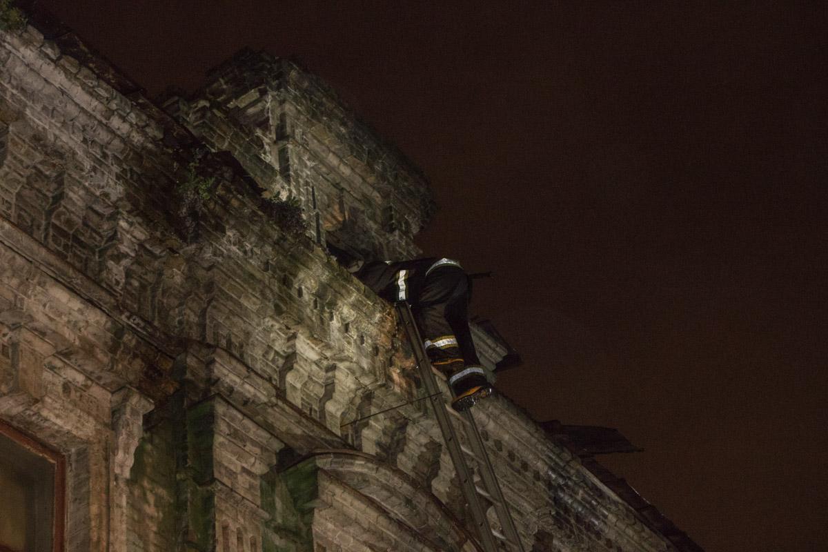 Спасатели лезли через крышу