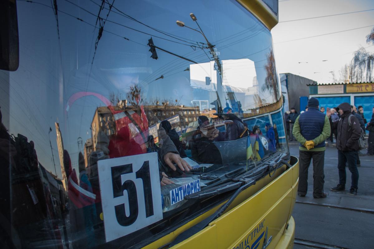 Протестующие не пускали ни обычные машины, ни общественный транспорт