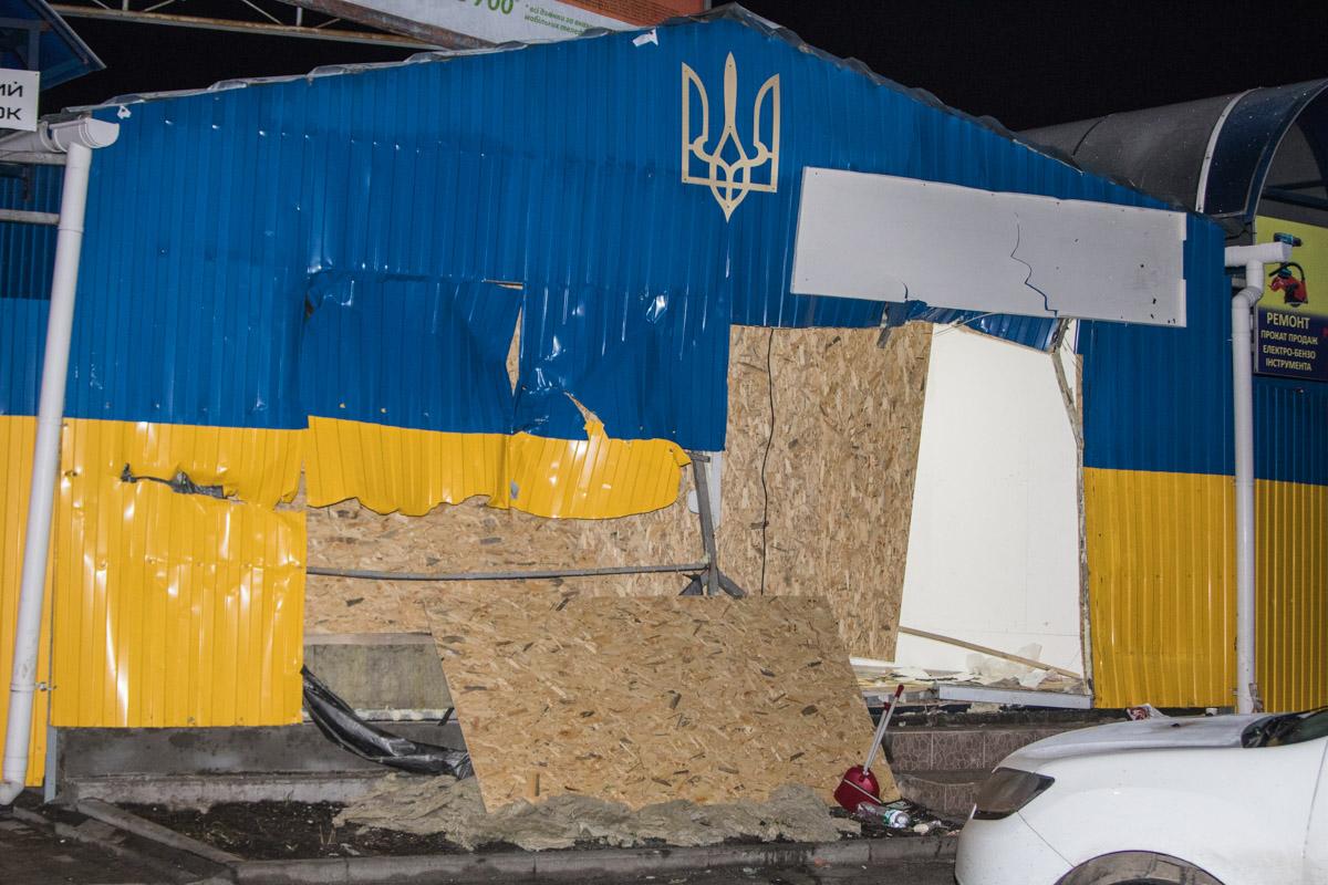 Стены рынка украшены цветами флага и гербом Украины