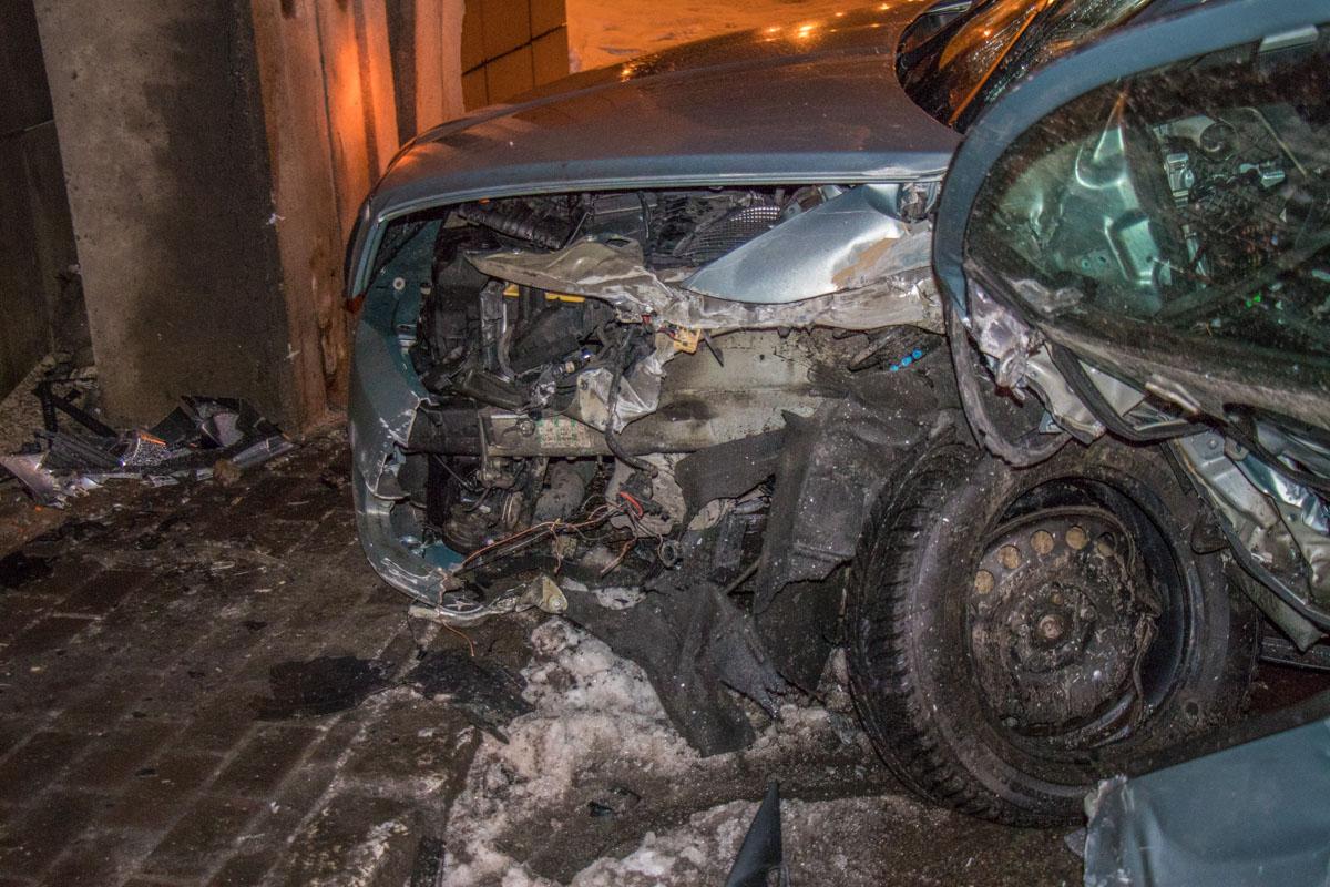 У машины сильно повреждена передняя часть