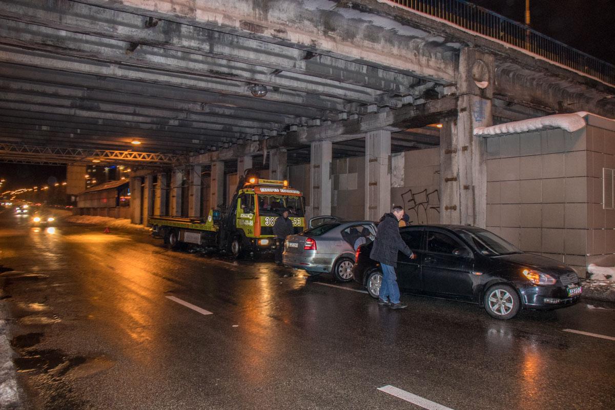 Skoda Octavia врезалась в опору путепровода Вацлава Гавела