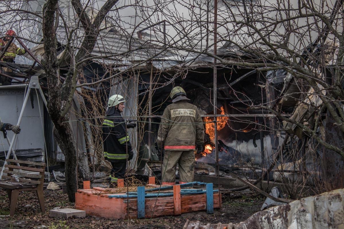 Владелец сгоревшей постройки рассказал, что в огонь мгновенно возник в дымоходе и быстро распространился по помещению