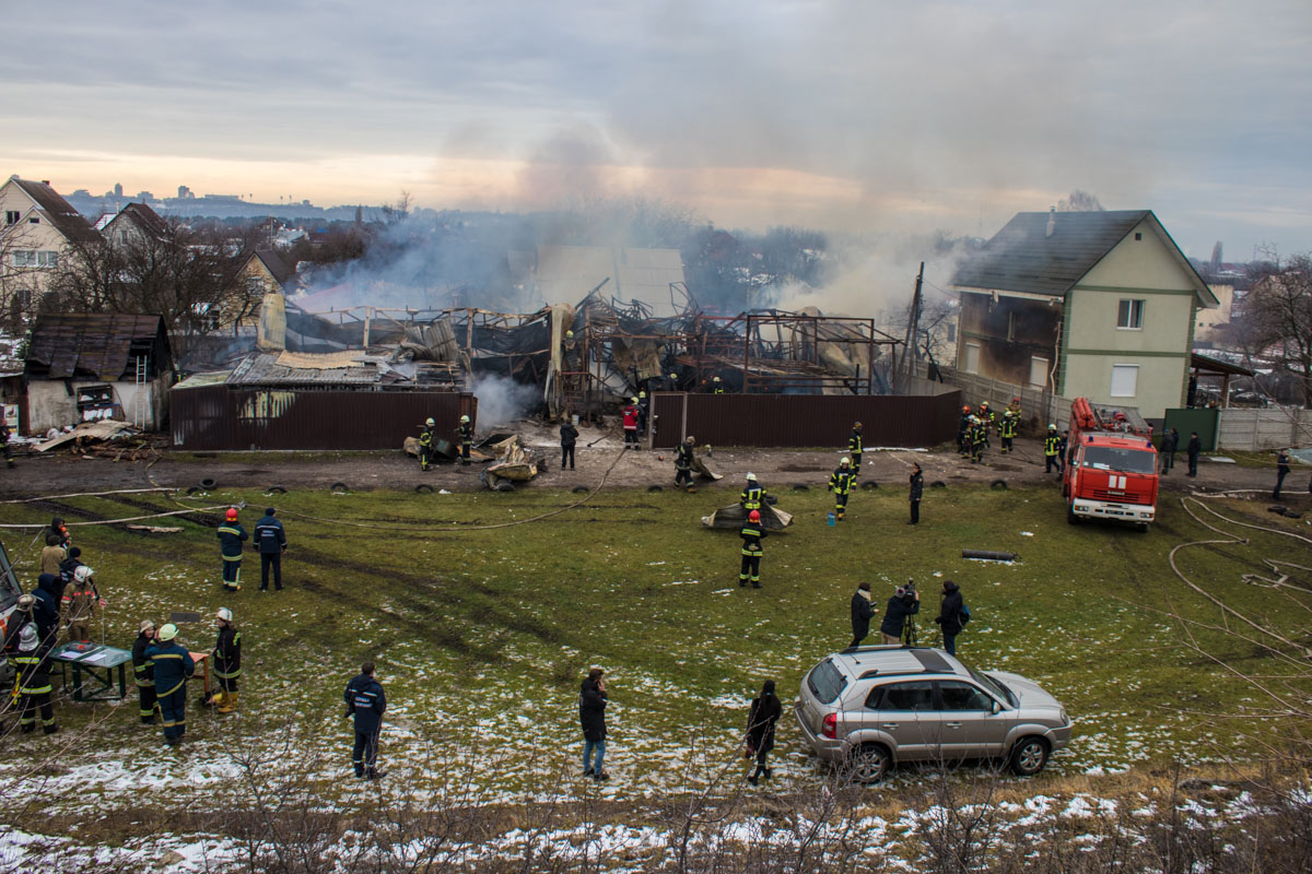 Из-за пожара поплавилась обшивка соседних жилых домов