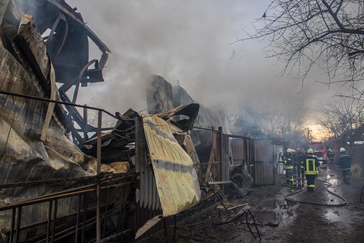 По предварительной информации пожарных, в здании взорвался газовый баллон
