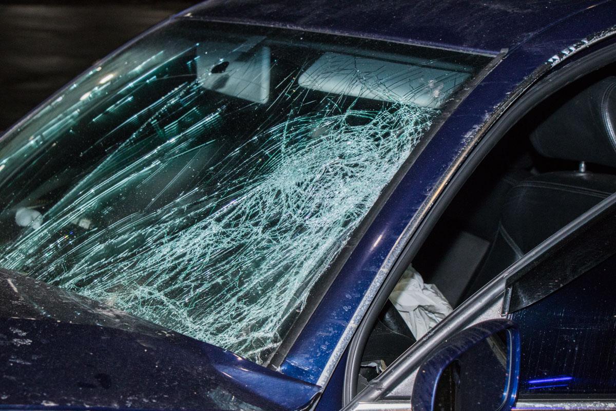 Из-за удара разбилось лобовое стекло