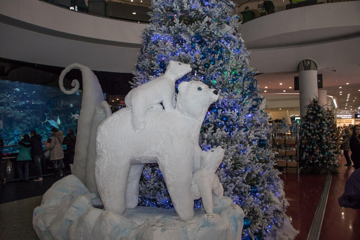 Под елкой поселилось семейство белых медведей
