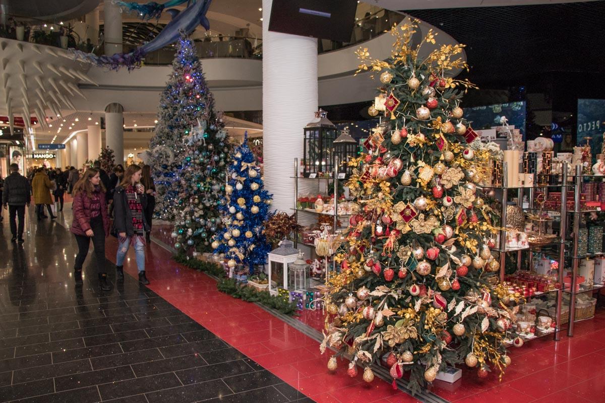 В торговых залах стоит немало елок, украшенных в разных стилях