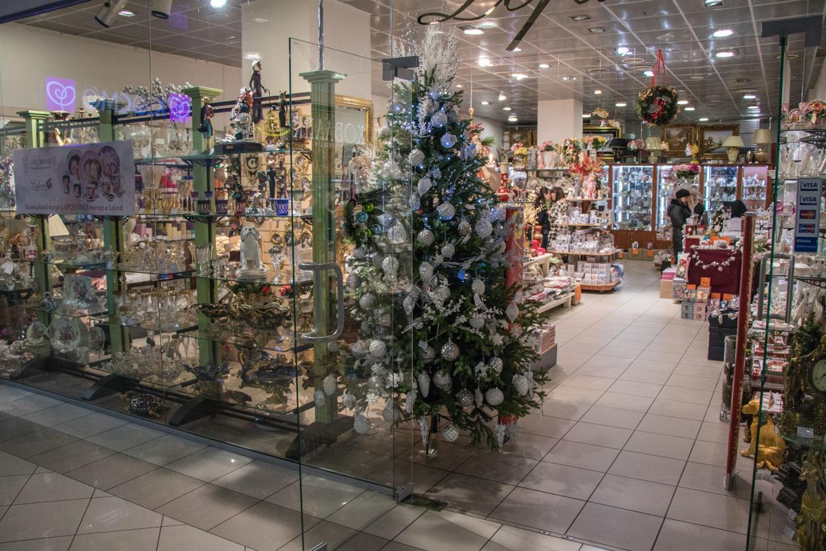 Неожиданное дизайнерское решение - на одной из елочных верхушек вместо рождественской звезды прикрепили белый куст