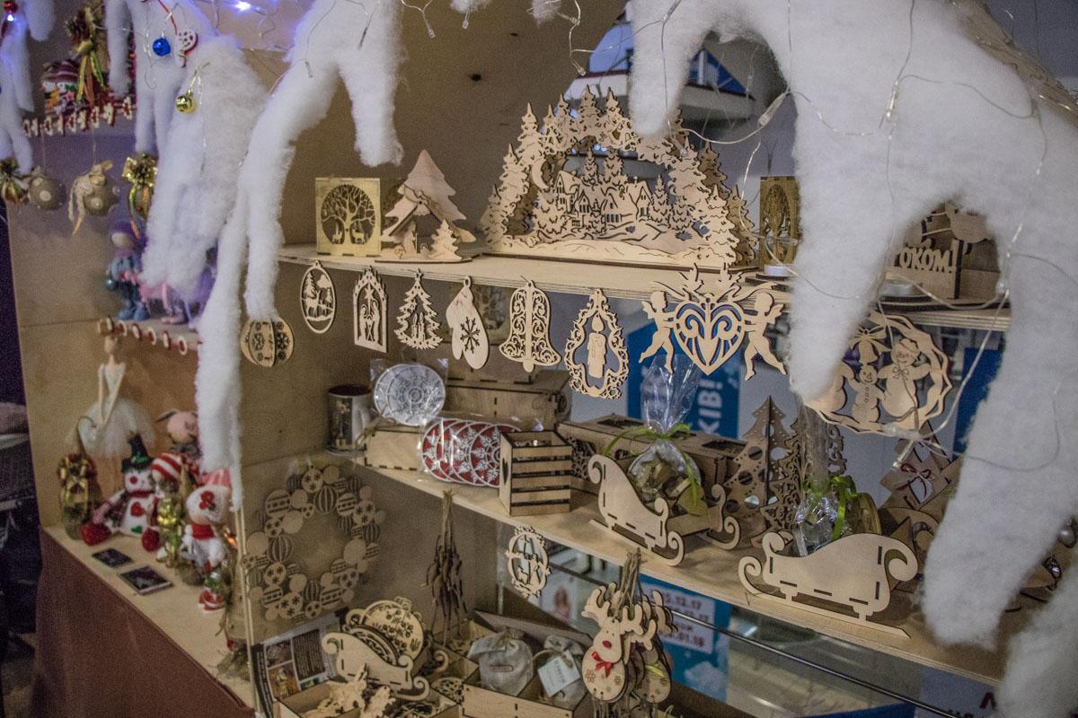 Витрины с новогодними безделицушками сразу привлекают внимание покупателей