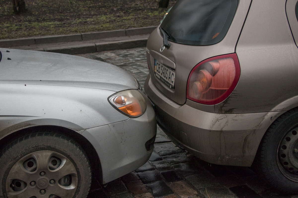 Автомобиль Kia Cerato, находившийся за Nissan, стал третьим участником ДТП
