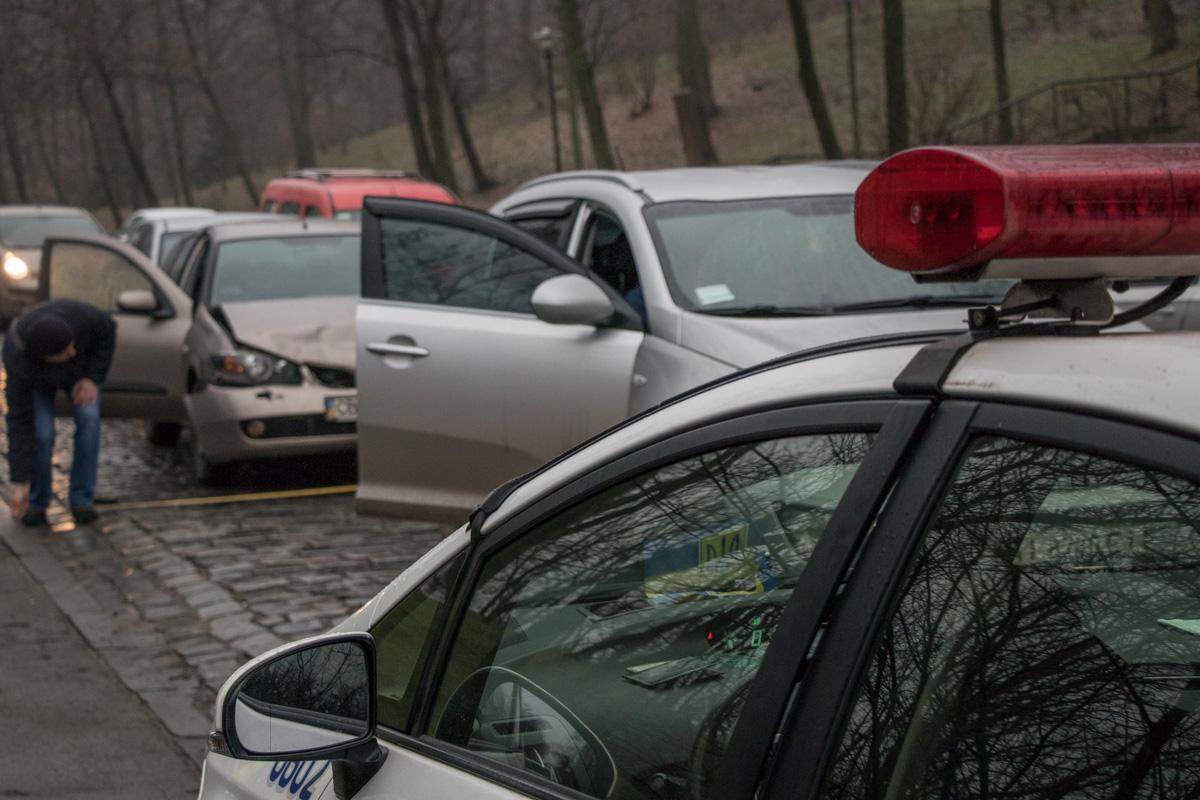 Сотрудники полиции считают, что авария произошла из-за невнимательности водителей