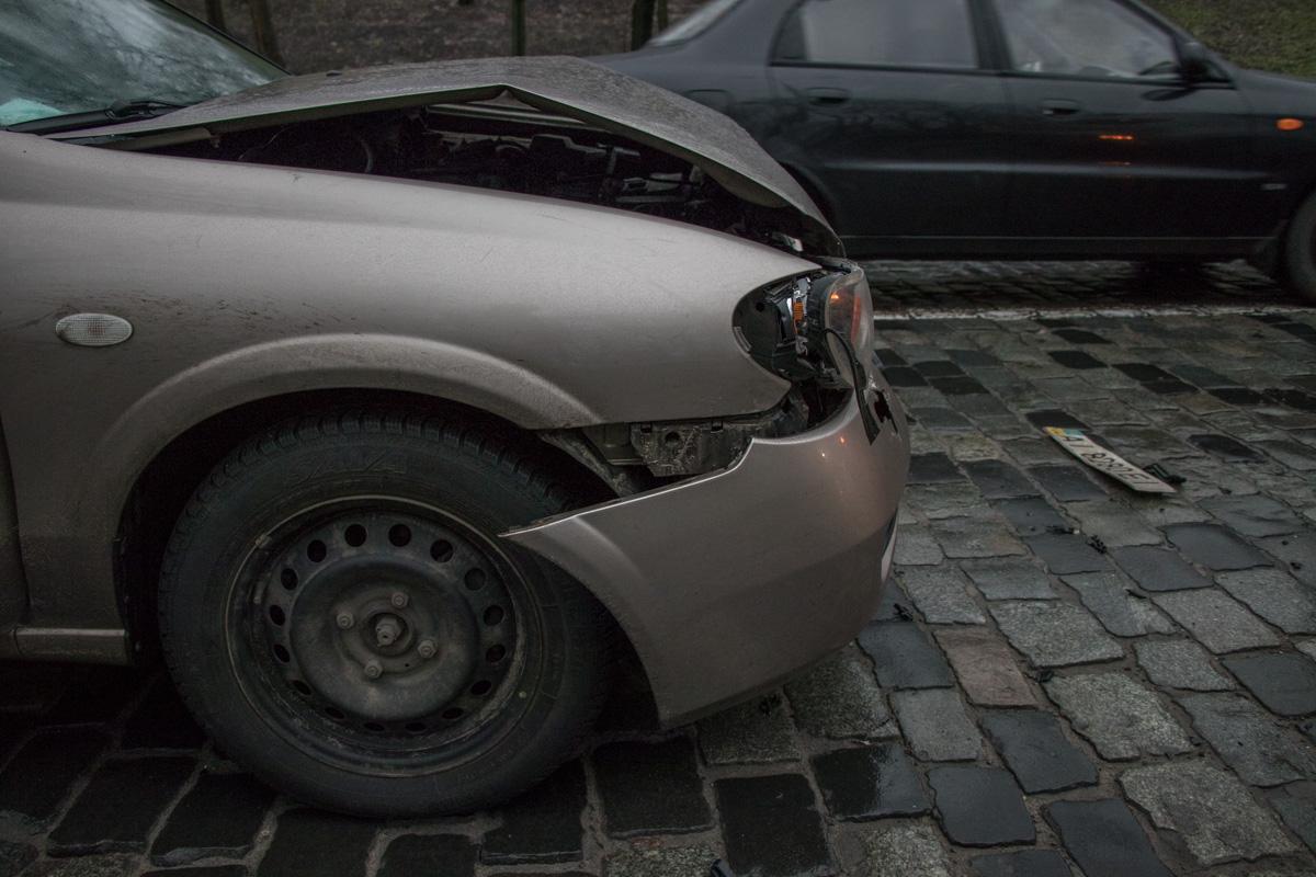 У Nissan разбит передний капот