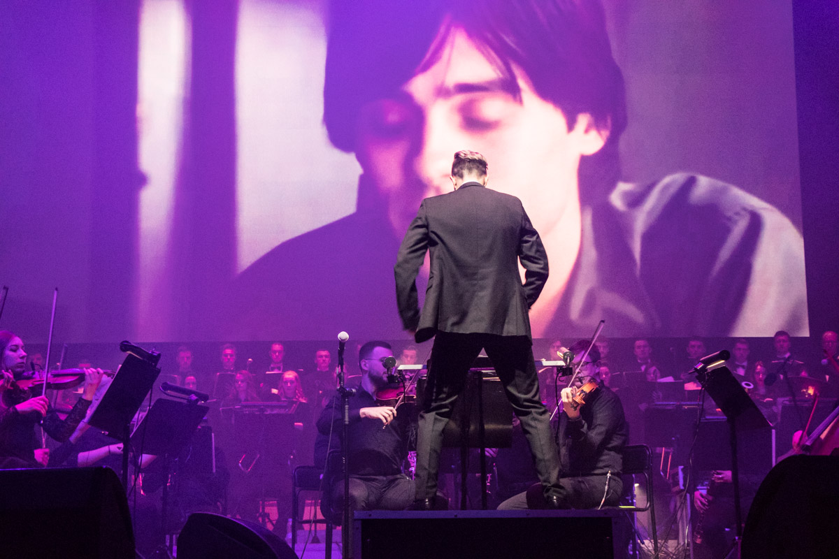 """Дирижер исполняет с музыкантами саундтрек к фильму """"Реквием по мечте"""""""