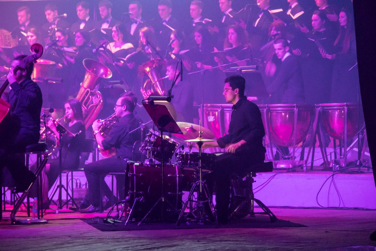 Почти после каждого исполнения музыканты вставали в благодарность зрителям
