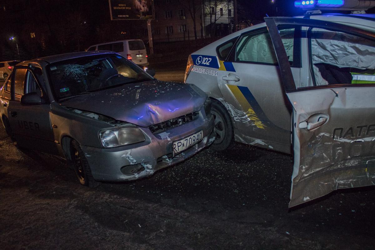 Uber на еврономерах не пропустил полицейский автомобиль на дороге