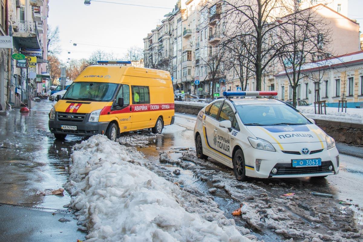 "Стена рухнула на газовую трубу, сотрудники ""Киевгаза"" ликвидируют аварию"