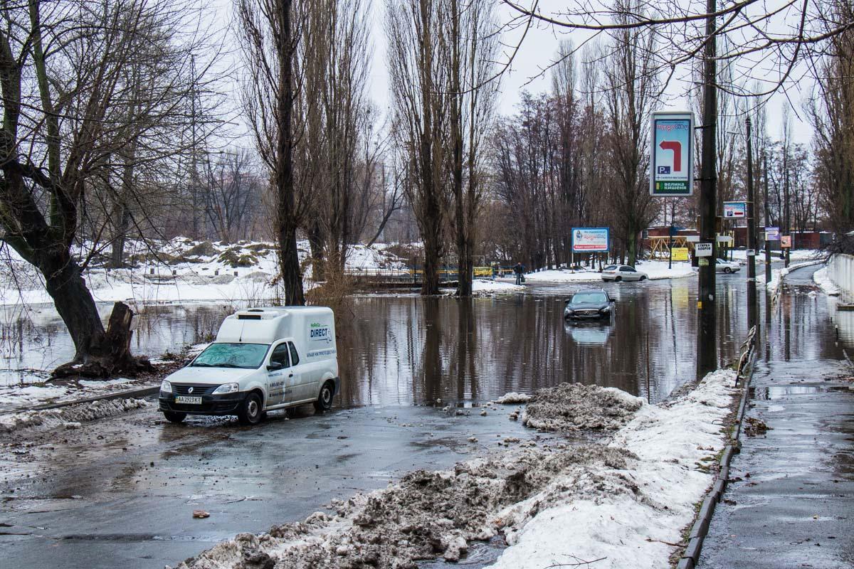 """Большинство водителей решили объехать """"озеро"""""""