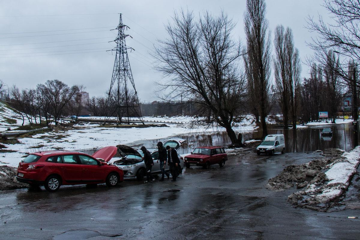 """После """"переправы"""" автомобилистам пришлось проверять исправность своих машин"""