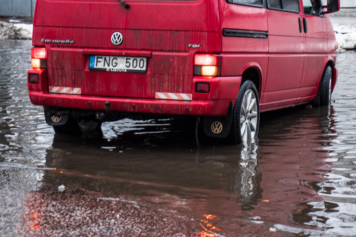 Некоторые водители пытались пересечь водный барьер