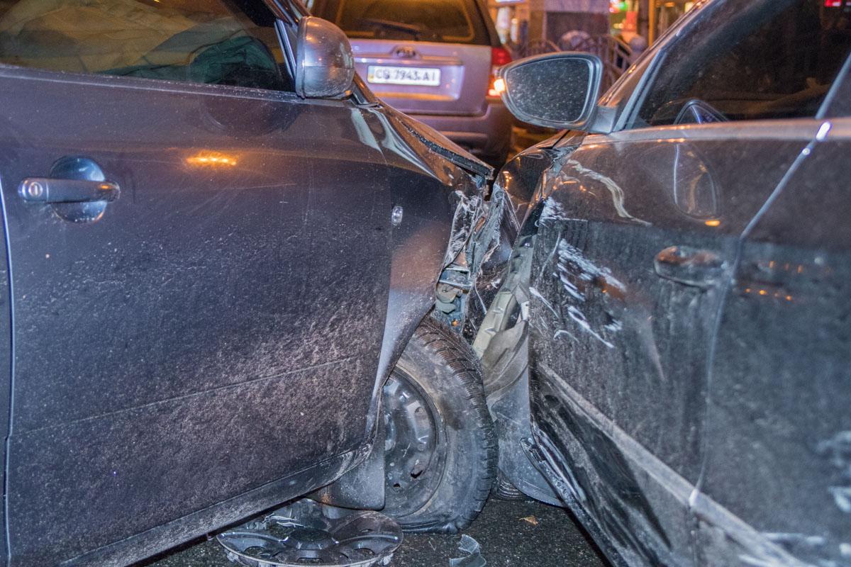 Водитель Skoda резко повернул направо и въехал в припаркованный на обочине Volkswagen.