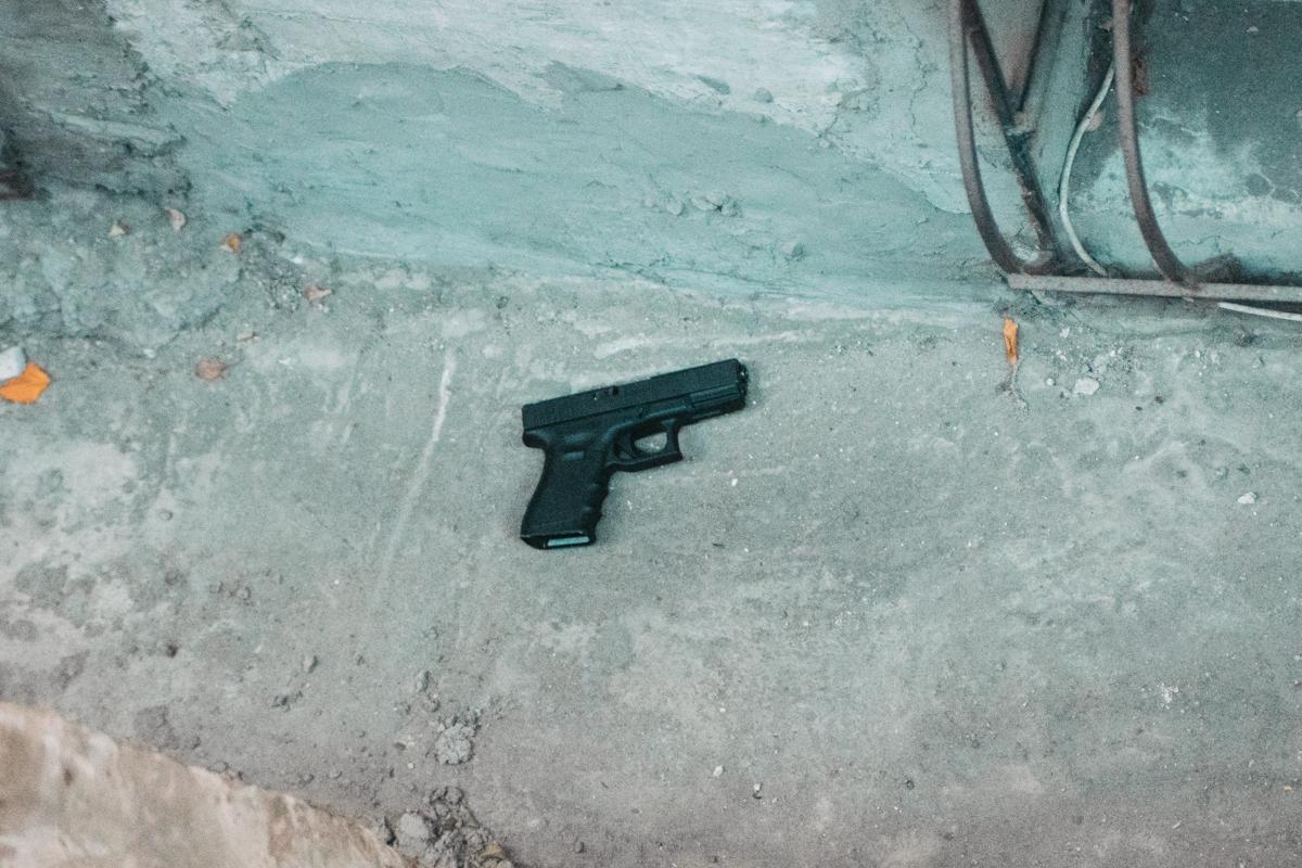 На месте задержания валялся пистолет