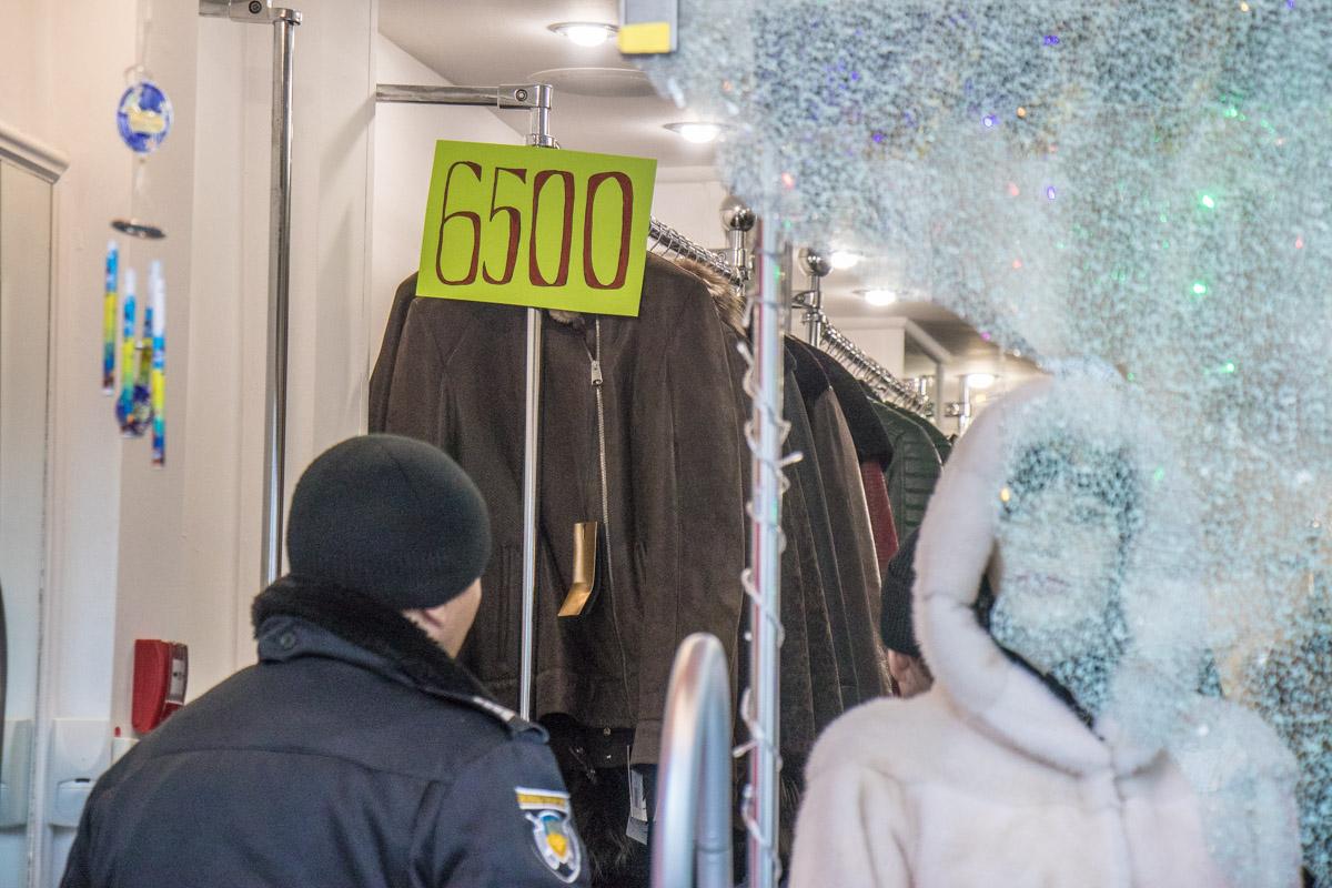 Преступники вынесли самые дорогие шубы