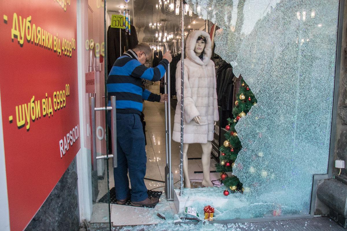 Воры разбили стеклянные двери на входе