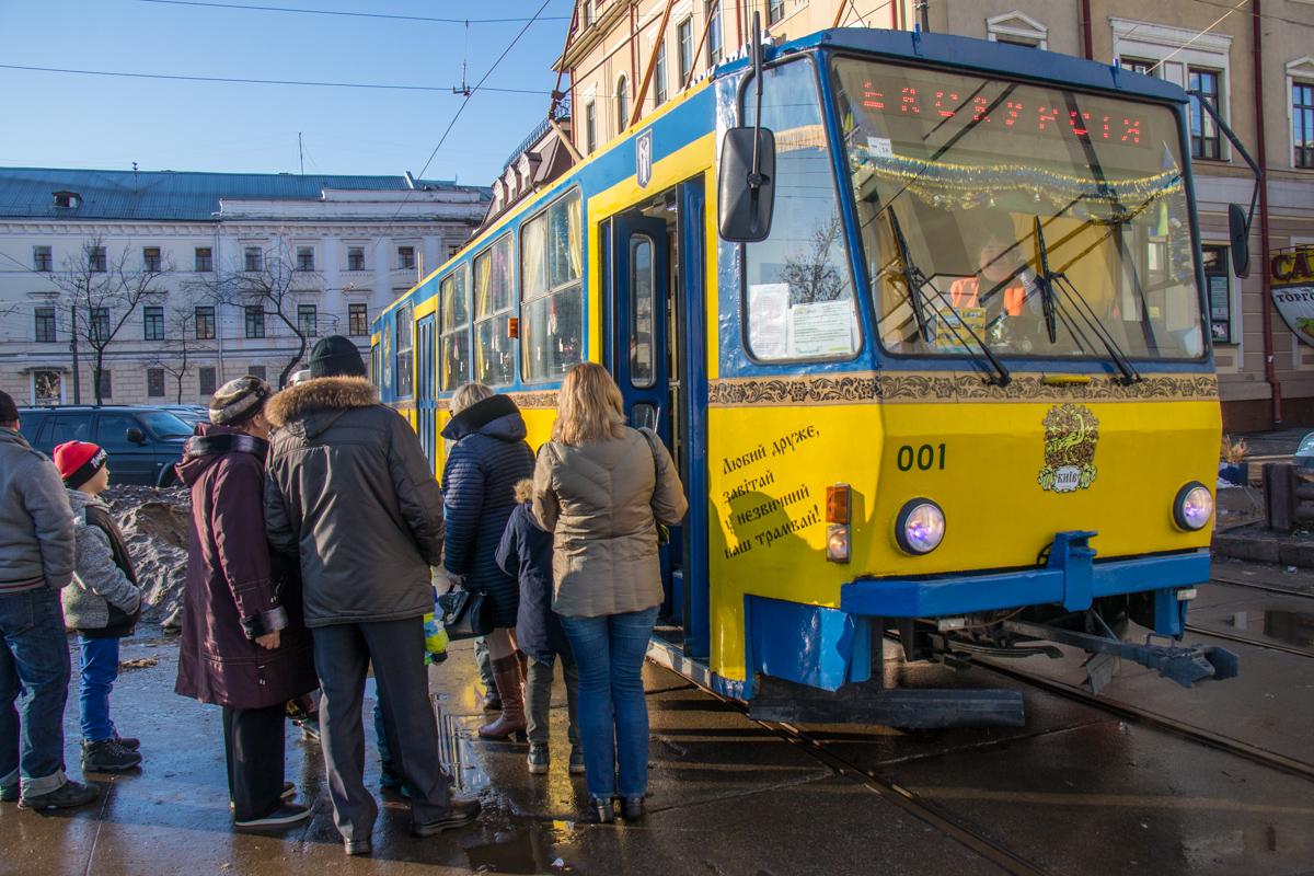 """""""Сказочный трамвай"""" ждет маленьких гостей на Контрактовой площади"""