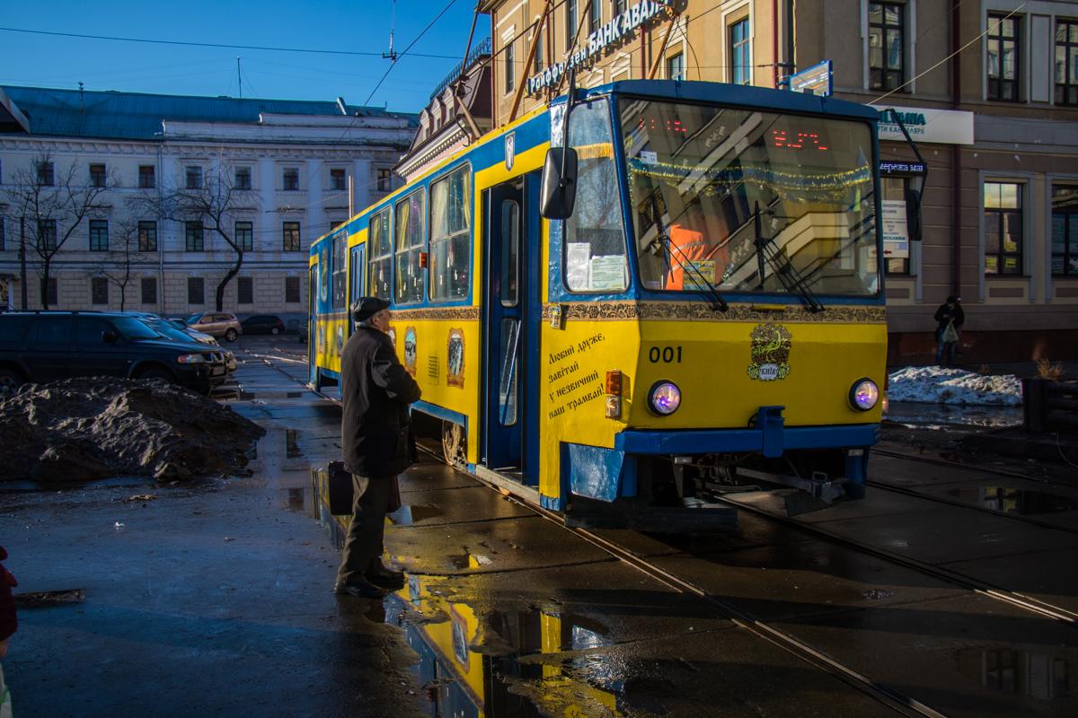 Трамвай только стоит на Контрактовой, никуда не едет