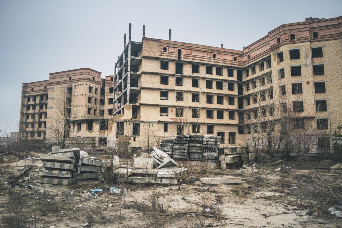 Скелеты недостроенного ожогового центра на Троещине замерли в ожидании