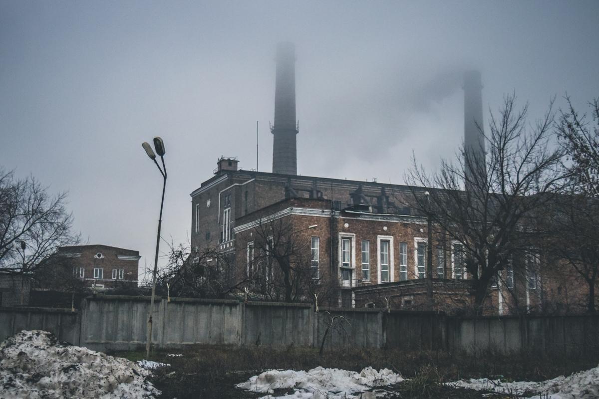Дым и туман поглощают время около ТЭЦ