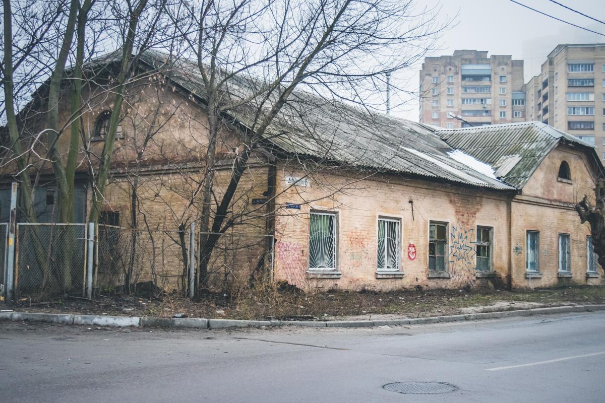 Одинокий старый дом на Дарнице