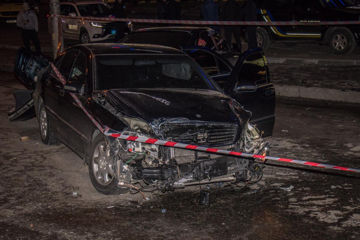 У Mercedes полностью разбита задняя часть кузова, а также большие повреждения передней части бампера