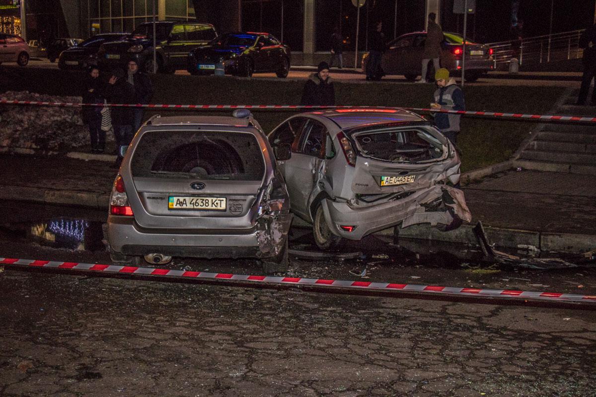 После этогоMercedes развернуло и он врезался в припаркованный рядом Ford - у последнего полностью разбита задняя часть бампера