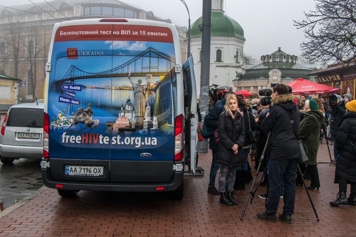 Около медицинского автобуса выстроилась очередь желающих пройти бесплатный тест на ВИЧ