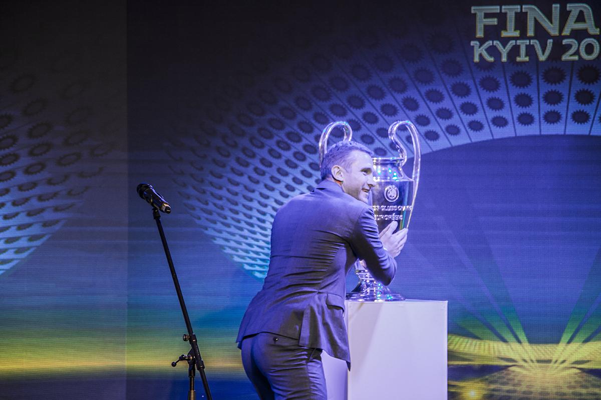 Послом мужской Лиги чемпионов стал Андрей Шевченко, он даже поцеловал кубок