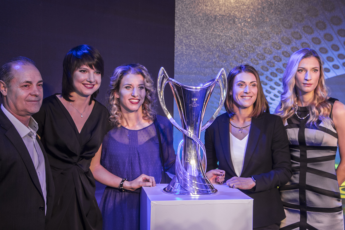 С кубком даже сфотографировались футболистки женской Национальной сборной Украины