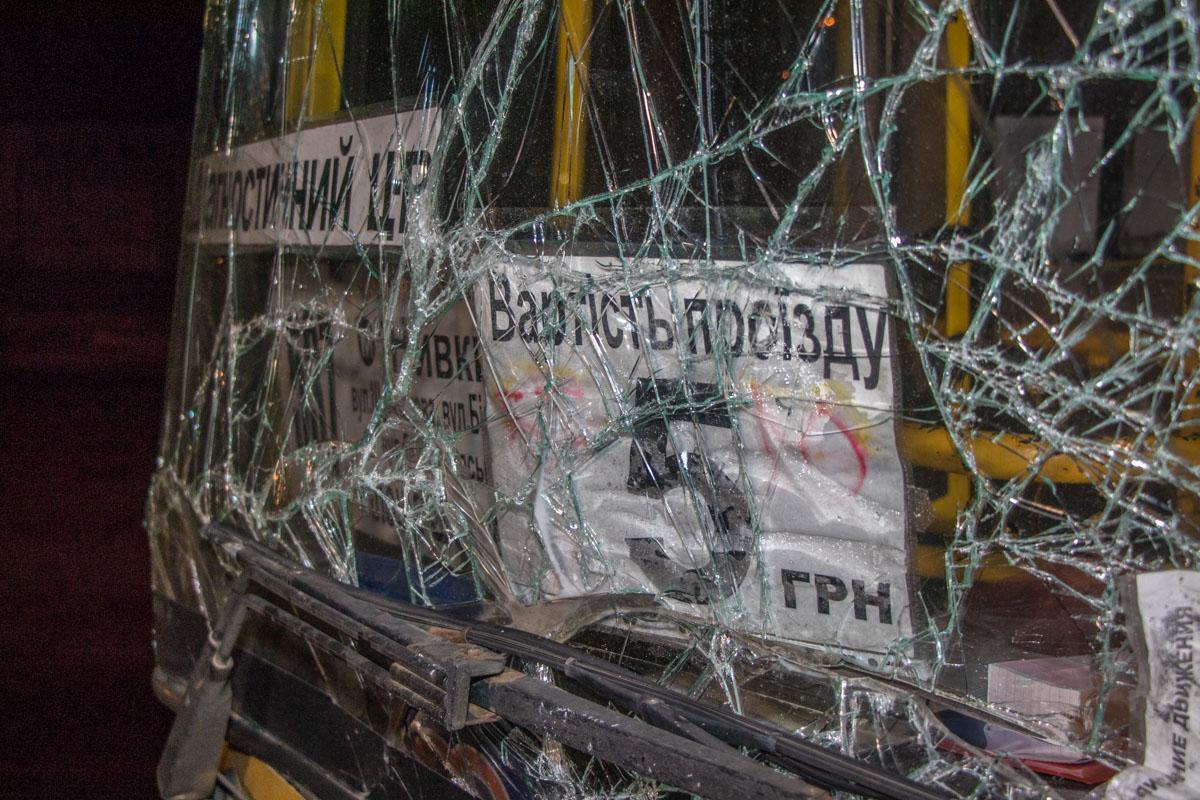 У автобуса разбилось лобовое стекло
