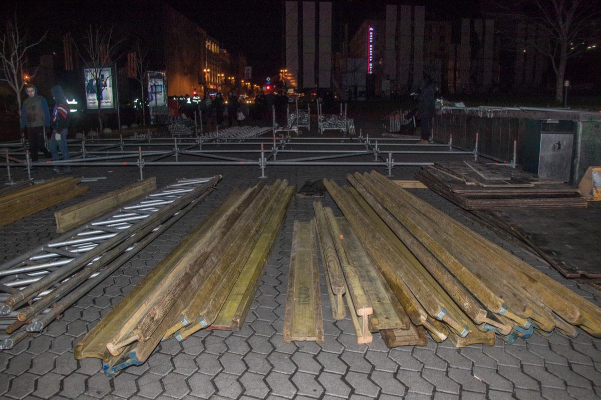 Сцену пришлось устанавливать на тротуаре возле Майдана
