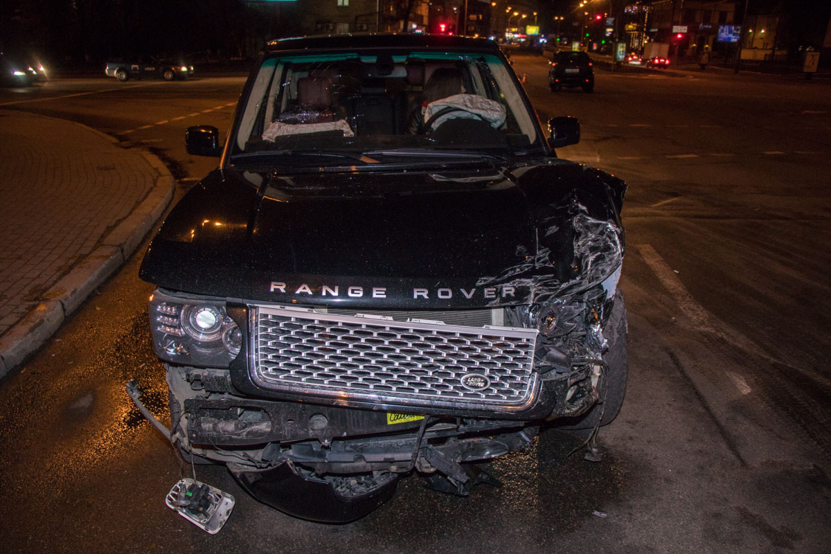У Range Rover наиболее повреждена левая передняя часть