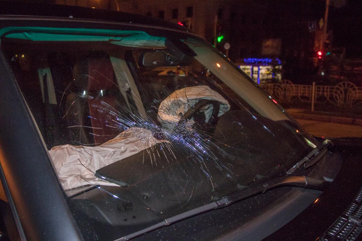 У Range Rover треснуло лобовое стекло