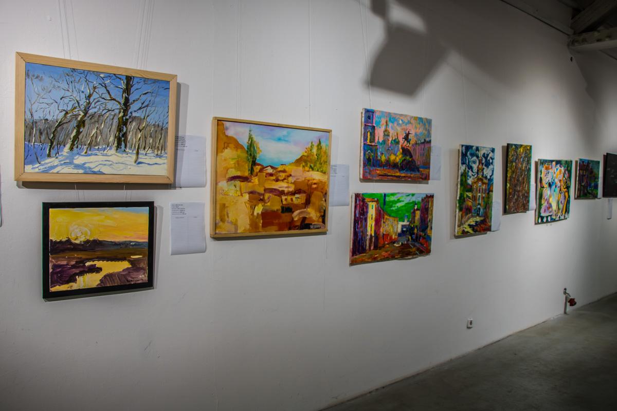 На аукционе было представлено большое количество картин