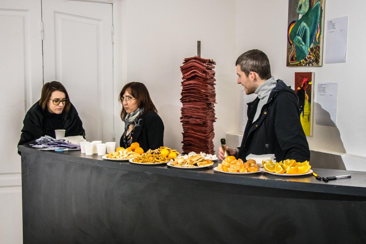 Для гостей организовали шведский стол
