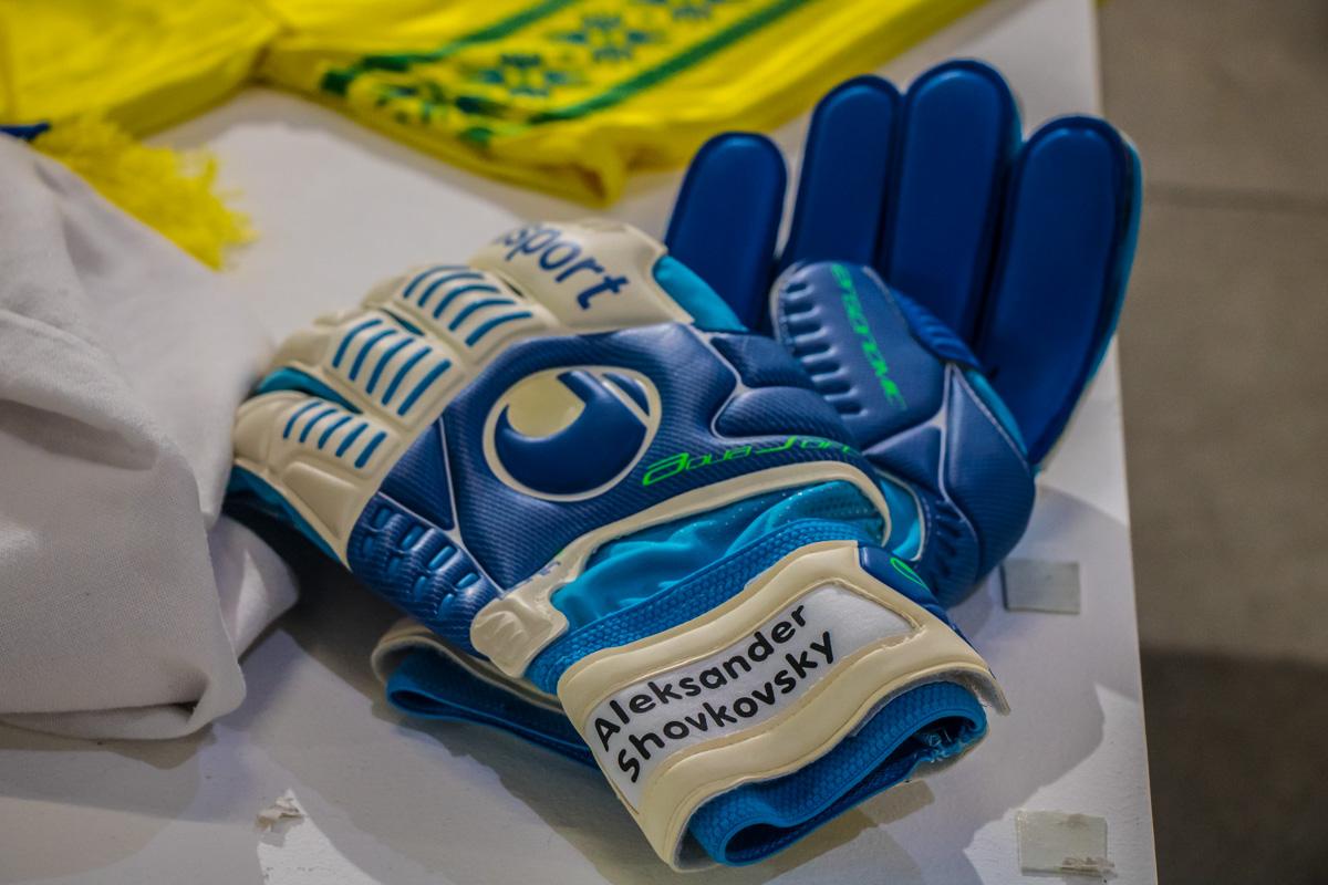 Александр Шовковский пожертвовал своими перчатками