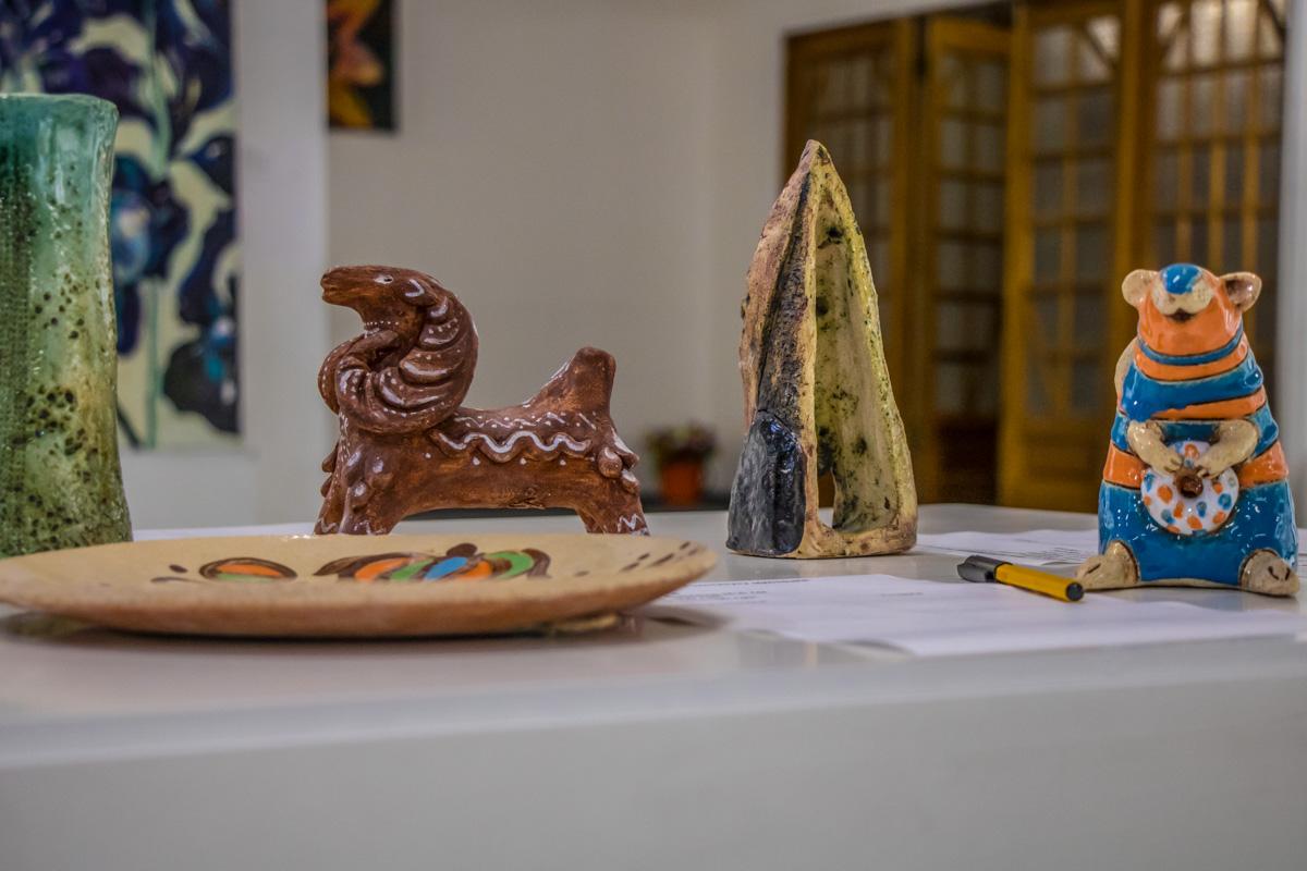 Также здесь можно было найти маленькие скульптуры народного искусства