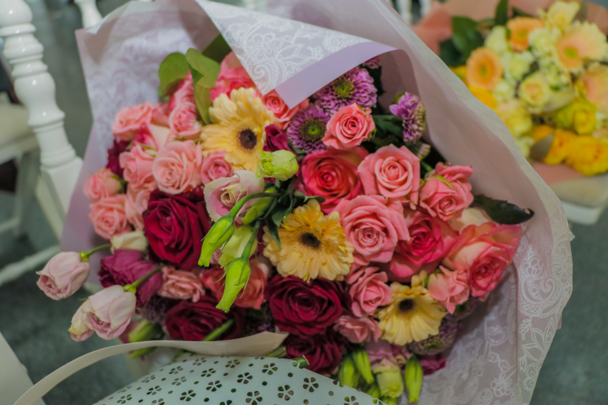 Молодоженам подарили много подарков и цветов