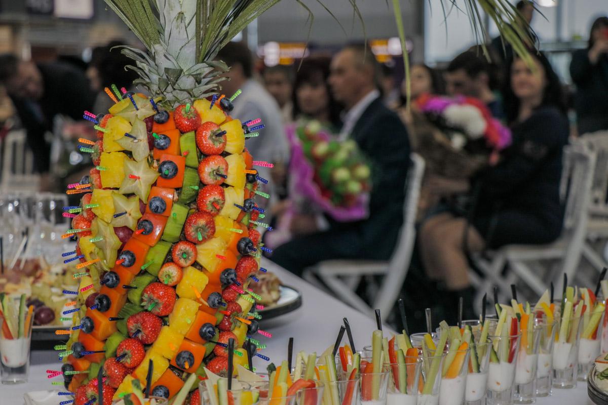На церемонии организовали фуршет и фотосессию