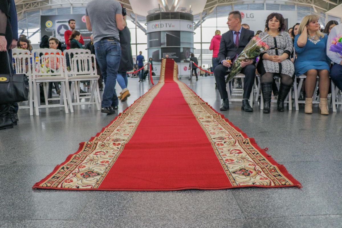 Для пары в аэропорту постелили красную ковровую дорожку